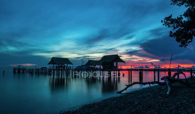 Vista panoramica del vecchio pontile di pesca in silhouette — Foto stock