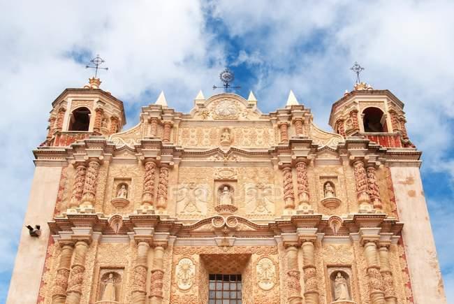 Фасад церкви Санто-Домінго проти хмарного неба, Сан-Крістобаль-де-Лас-Касас, Chiapa, Мексика — стокове фото