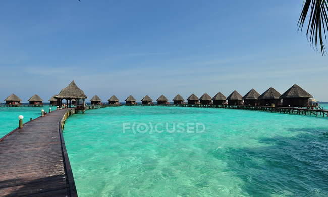 Scenic view of wooden jetty with shacks, Maldives island — Stock Photo