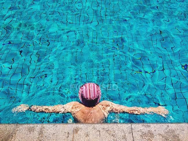 Повышенный вид человека в бассейне — стоковое фото