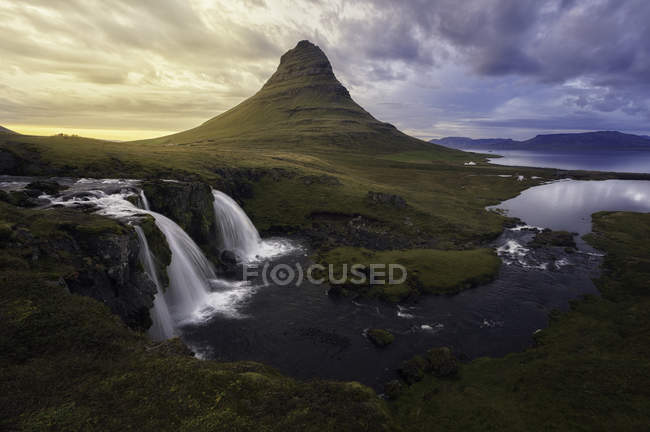 Kirkjufellsfoss waterfall and Kirkjufell mountain, Iceland — Stock Photo