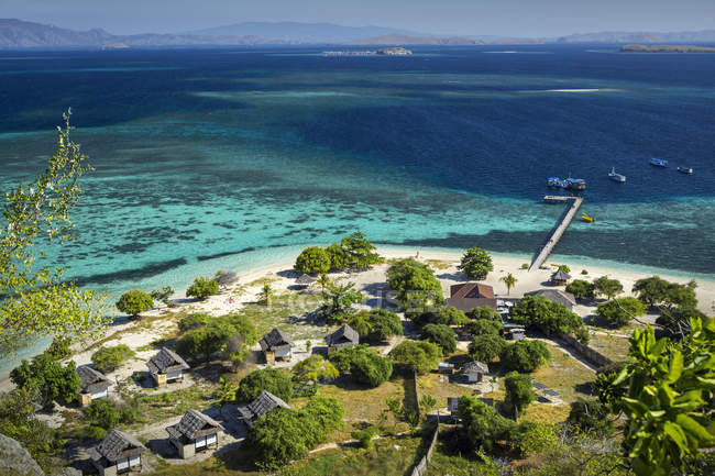 Indonesia, Nusa Tenggara Oriental, Ende, Flores, elevado ve de island resort - foto de stock