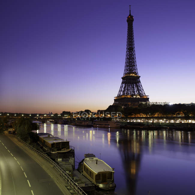 Eiffel Tower seen from across Seine River at sunrise, Paris, France — Stock Photo