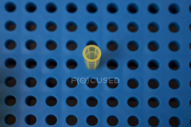 Visão aérea da pipeta em placa de pipetagem em laboratório — Fotografia de Stock