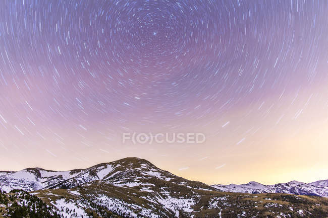 Star trail above snowcapped mountain range, Espanha, Catalunha, Gerona, Pirinéus — Fotografia de Stock