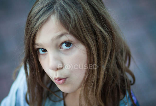 Close-up portrait of beautiful girl with raised eyebrows outdoors — Stock Photo