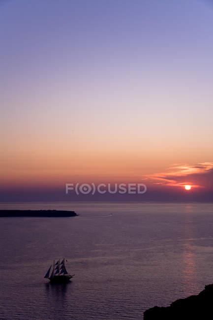Живописный вид парусный корабль на море во время заката, Санторини, Киклады островов, южной Эгейском Peripher, Греция — стоковое фото