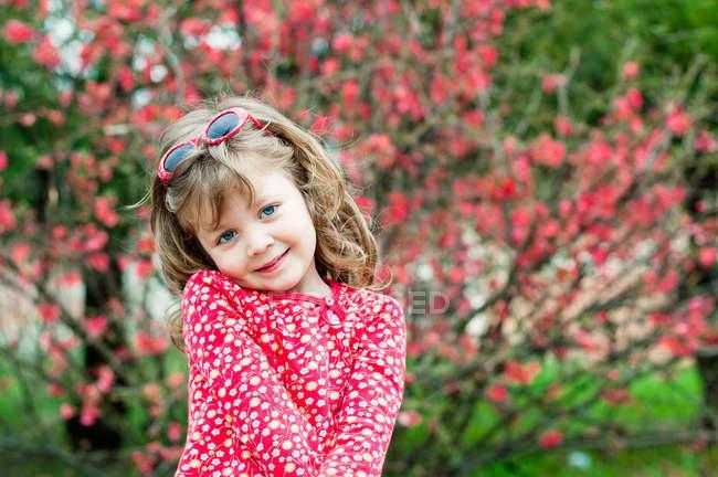 Retrato de menina sorridente usando bolinhas vestido vermelho — Fotografia de Stock
