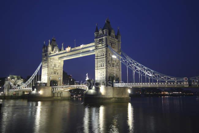 Живописный вид на Тауэрский мост ночью, Лондон, Великобритания — стоковое фото