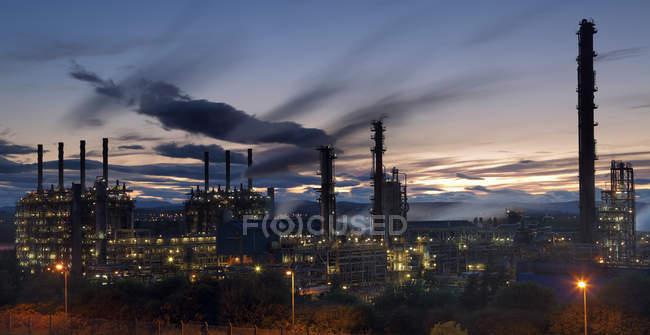 Живописный вид на завод по переработке природного газа ночью, Шотландия, Великобритания — стоковое фото