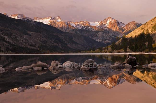 США, Калифорния, Восточной Сьерра-Невада, живописный вид на нижний Twin озера и Sawtooth диапазона — стоковое фото