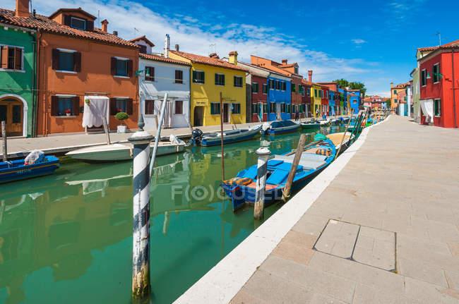 Italie, Province de Venise, Burano, Colorful maisons par canal — Photo de stock