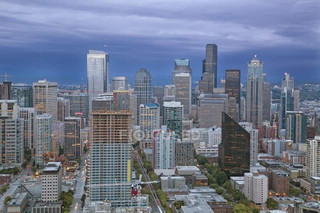 Vue panoramique du centre-ville au coucher du soleil, Seattle, État de Washington, États-Unis — Photo de stock