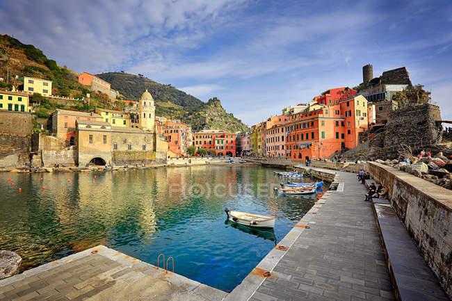 Italy, Liguria, Cinqueterre, Vernazza, beautiful village and docks — Stock Photo