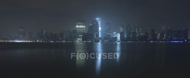 Vue panoramique de Manhattan la nuit, New York, État de New York, États-Unis — Photo de stock