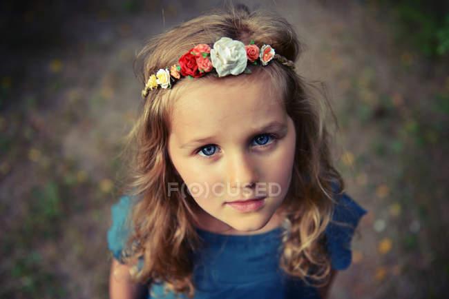 Портрет девушки с цветочным ободком — стоковое фото