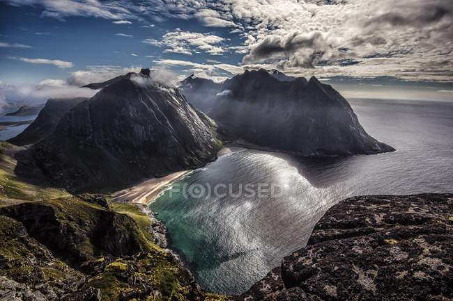 Norvège, Nordland, Flakstad, Lofoten Island, Vestvika, Vue surélevée de la baie avec plage de Kvalvika — Photo de stock