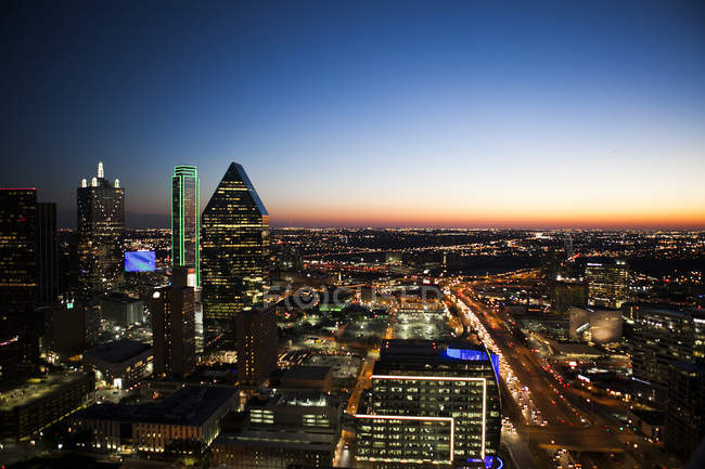 Elevated view of majestic cityscape at dusk — Stock Photo