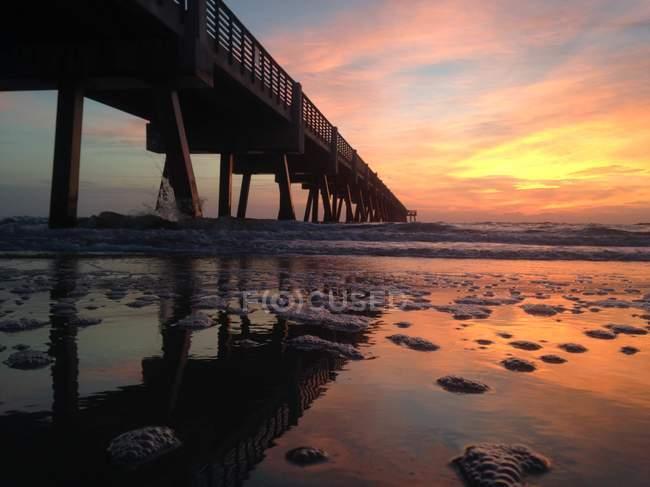 Alba sopra il molo, Jacksonville Beach, Florida, Stati Uniti — Foto stock