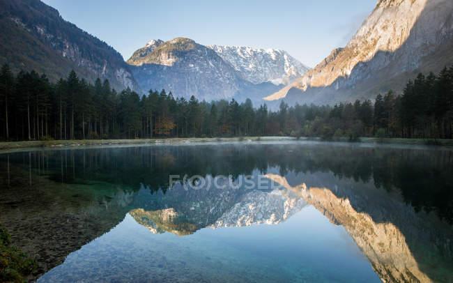 Vue panoramique sur les montagnes reflétant dans le lac de montagne, Salzbourg, Autriche — Photo de stock