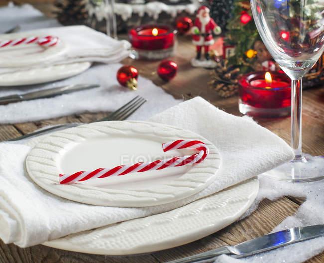 Apparecchiatura tavola di Natale con decorazioni e piatti — Foto stock