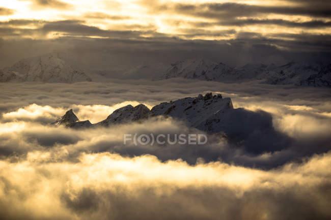 Österreich, Gastein, malerischen Blick auf goldenen Wolken umliegende Gipfel — Stockfoto