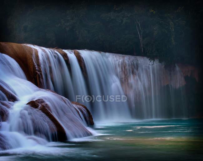 Malerischer Blick auf die Wasserfälle von agua azul, Mexiko, den Maya-Dschungel — Stockfoto
