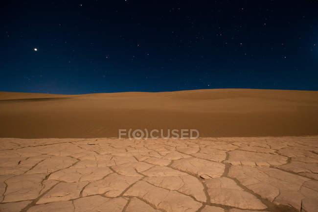 Sable et étoiles dans la vallée de la mort, Death Valley National Park, Californie, Amérique, États-Unis — Photo de stock