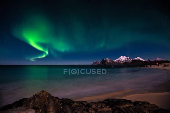 Vue majestueuse sur les aurores boréales aux îles Lofoten, en Norvège — Photo de stock