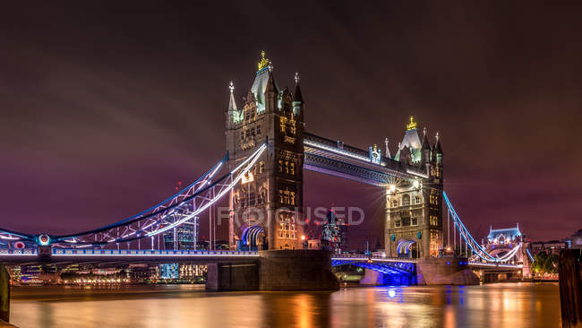 Vue panoramique du Tower Bridge de nuit, Londres, Royaume-Uni — Photo de stock