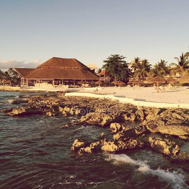Vista panoramica sulle scogliere e sulla spiaggia soleggiata, Isola di Cozumel, Messico — Foto stock
