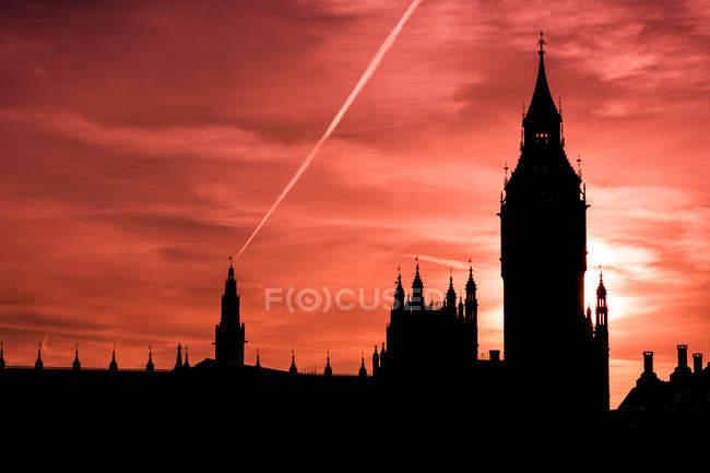 Casas do Parlamento e Big Ben silhuetas contra o céu vermelho, Londres, Reino Unido — Fotografia de Stock