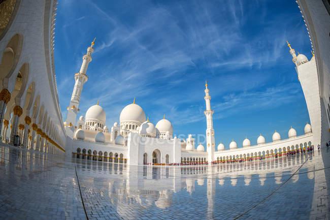 Vue faible angle de Cour de la grande mosquée de Sheikh Zayed, Abou Dabi, Émirats Arabes Unis — Photo de stock
