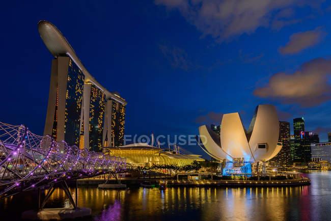 Мальовничим видом на горизонт міста в нічний час, Сінгапур — стокове фото