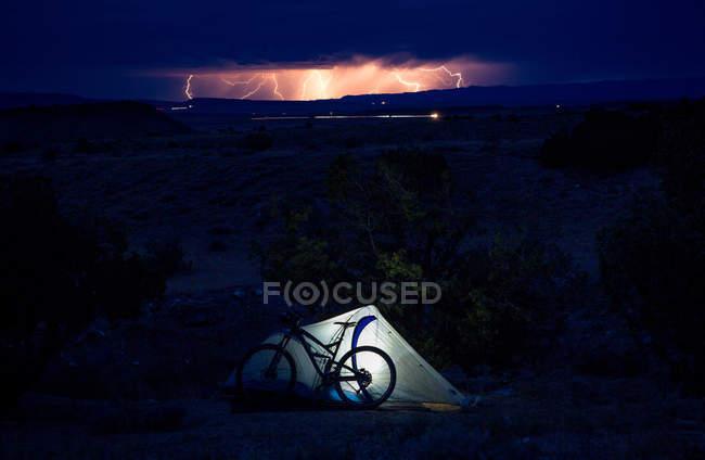 Vista panorâmica do acampamento atmosférico com luz noturna, Colorado, EUA — Fotografia de Stock