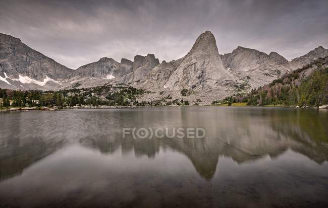 EUA, Wyoming, Montanhas Rochosas, Cordilheira do Rio Vento, Circo das Torres refletindo no Lago Solitário — Fotografia de Stock