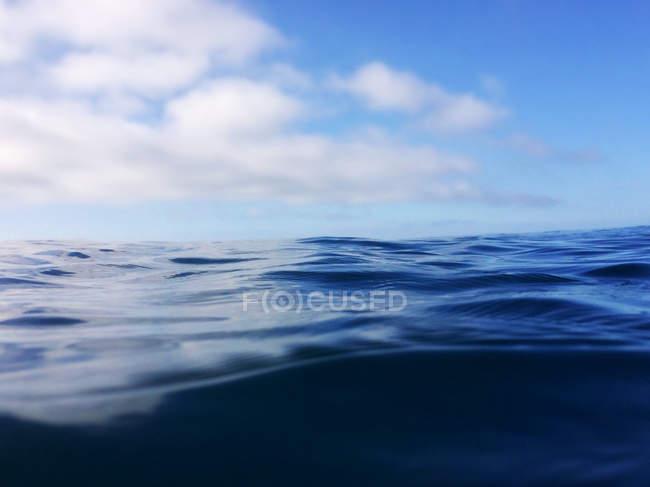 Vista panorámica de la hermosa aguas tranquilas en el mar y cielo nublado - foto de stock