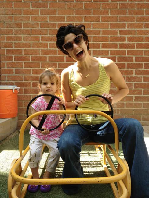 Мати і дочка водіння кошик — стокове фото