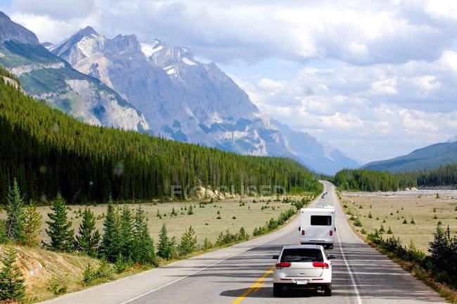 Autos auf der trans-kanadischen Autobahn — Stockfoto