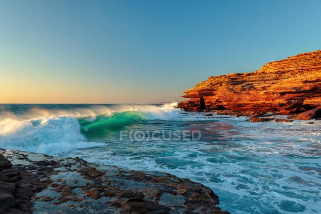Vue panoramique sur les vagues écrasant sur la côte, Kalbarri, Australie — Photo de stock