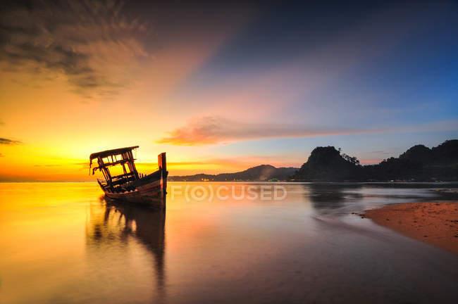 Vista panoramica di tongkang sul mare all'alba, Cambogia — Foto stock