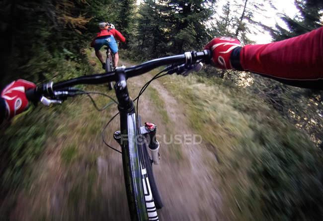 Dois motociclistas em bicicletas no caminho da montanha — Fotografia de Stock