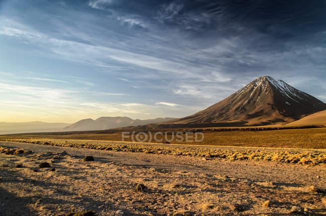 Чилі, Сан-Педро-де-Атакама, мальовничим видом Ліканкабур вулкана на заході сонця — стокове фото
