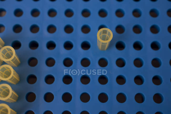 Vista aérea de las pipetas en placa de pipeteo en laboratorio - foto de stock