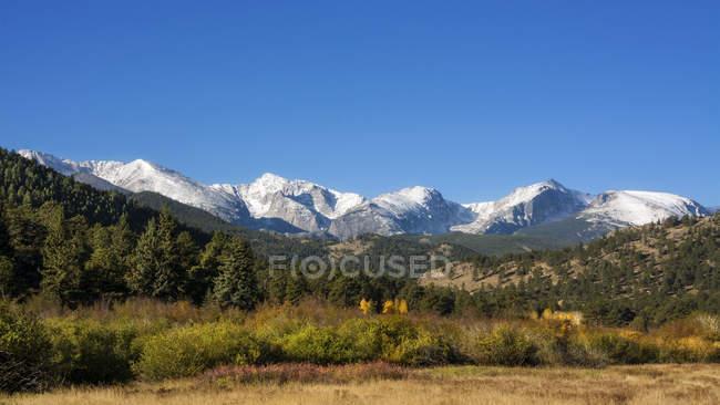 Vue panoramique sur le paysage montagneux avec ciel clair — Photo de stock