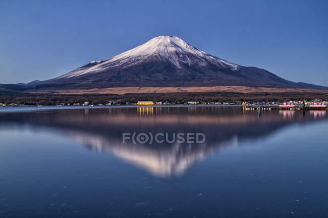Vue panoramique sur le célèbre magnifique mont Fuji au Japon reflétant dans le lac — Photo de stock