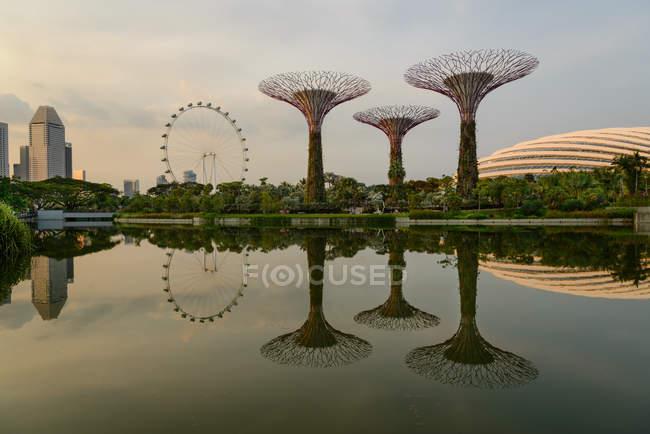 Мальовничим видом саду біля затоки, Сінгапур — стокове фото