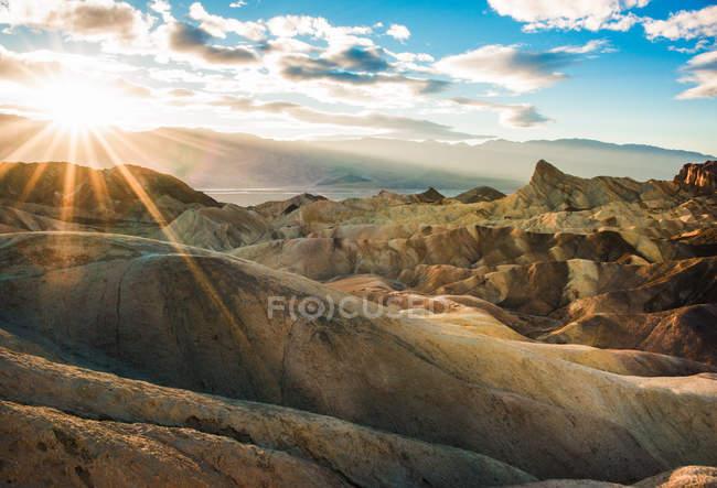 Мальовничим видом Zabriskie точки стежці на захід сонця, Долина смерті, штат Каліфорнія, Америка, США — стокове фото