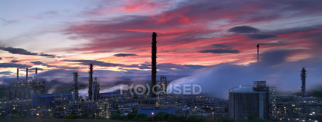 Illuminated natural gas processing plant at dusk — Stock Photo