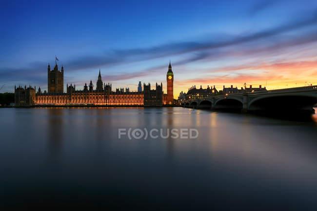 Сценический вид на здание парламента на закате, Лондон, Великобритания — стоковое фото